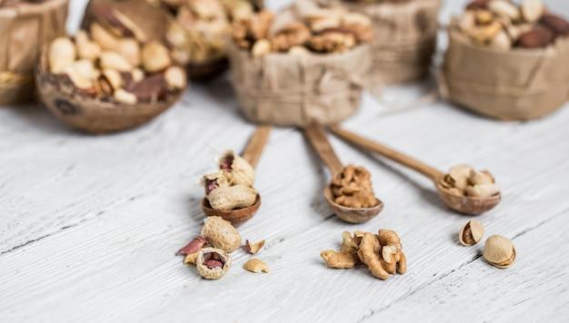 プレートの異なるナッツ