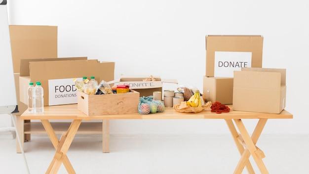 Различные предметы в ящиках для пожертвований