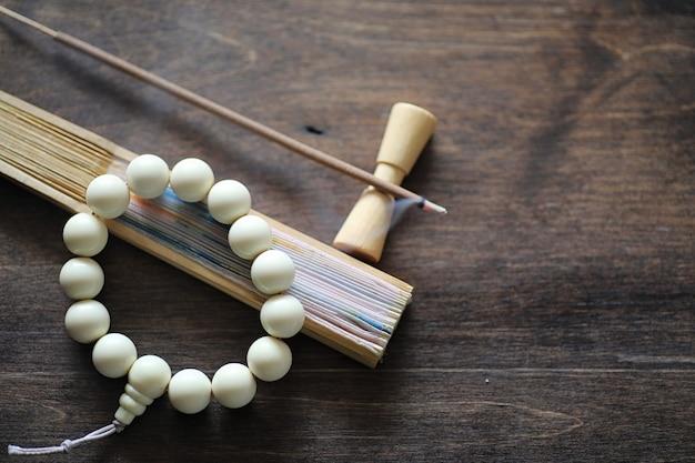 木製の背景に伝統的な宗教的な東洋のさまざまなオブジェクト