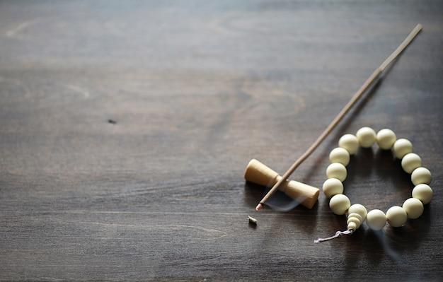 Различные предметы с традиционными религиозными восточными на деревянном фоне