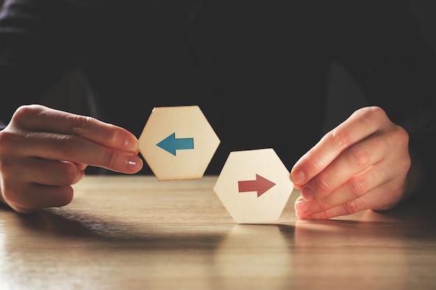 さまざまな意見や抽象的な矢印の付いた代替概念。