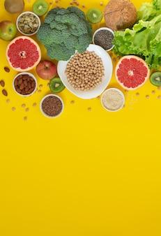 黄色いテーブルの上のさまざまな有機食料品