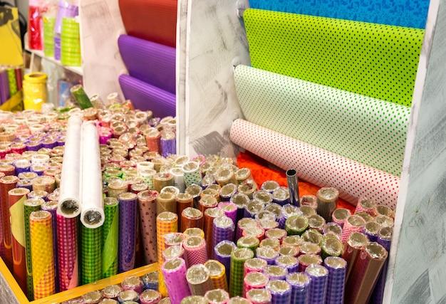Различная упаковочная бумага для цветов в магазине