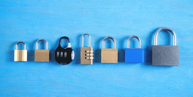 Различные замки на синем фоне.
