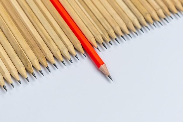 Отличный карандаш от других, показывающий концепцию уникального делового мышления, отличающегося от толпы и особенного с лидерскими навыками.