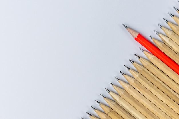 다른 연필 눈에 띄는 쇼 리더십 개념.