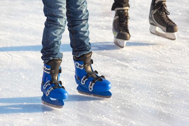 다른 사람들이 아이스 링크에서 활발하게 스케이트를 타고 있습니다.