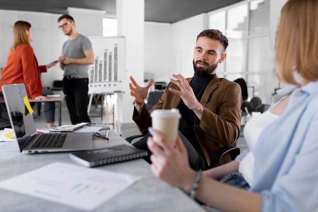 Разные люди проводят мозговой штурм на рабочей встрече