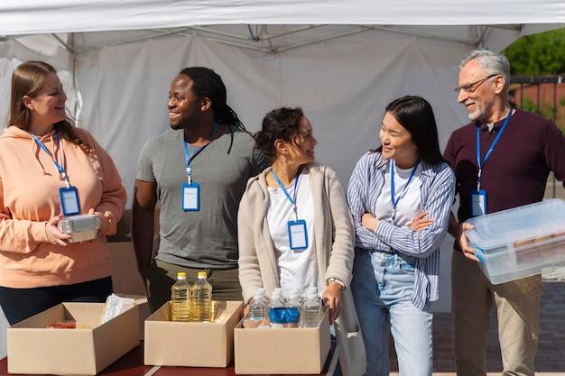 ボランティア活動をしているさまざまな人々