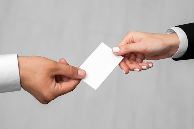 Разные люди, держащие визитную карточку