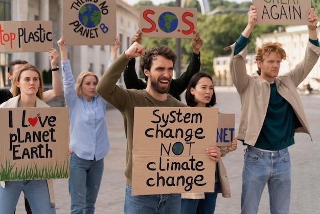 Diverse persone si uniscono a una protesta per il riscaldamento globale