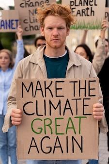 Diverse persone in marcia per protestare contro la guerra globale