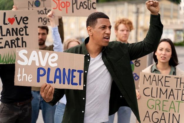 Разные люди маршируют в знак протеста против изменения климата