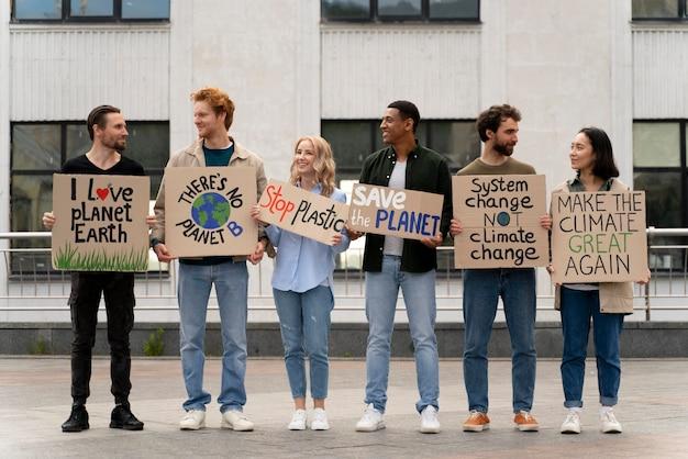 기후 변화 시위에 행진하는 다른 사람들