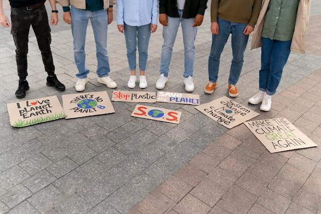 気候変動の抗議で行進しているさまざまな人々