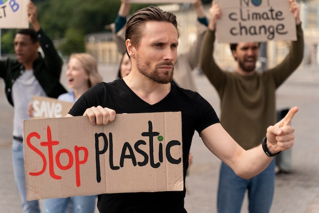 Разные люди маршируют в знак протеста против глобальной войны