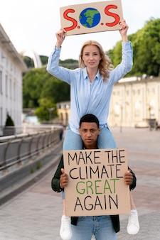 Diverse persone che protestano insieme a causa del riscaldamento globale