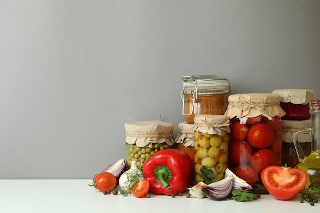 灰色の壁に対してさまざまな漬物と食材
