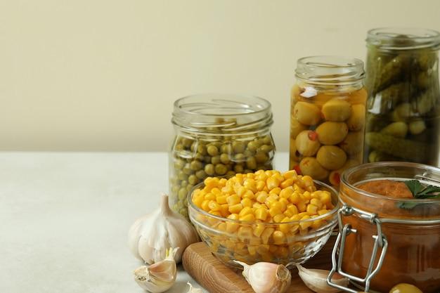 白い織り目加工のテーブルのさまざまな漬物と食材