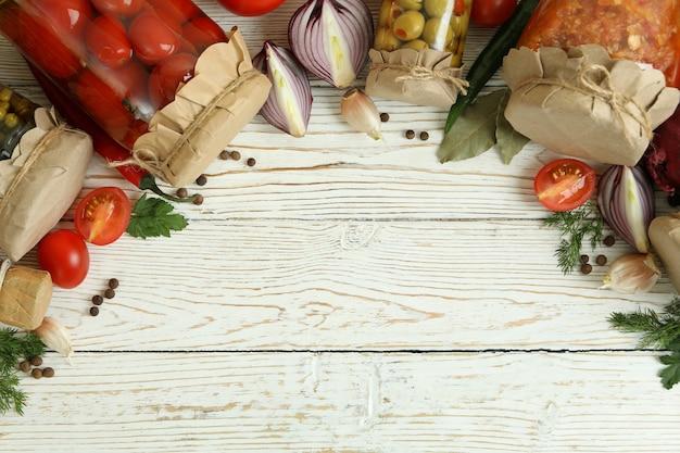 白い木製のテーブルにさまざまな漬物と食材