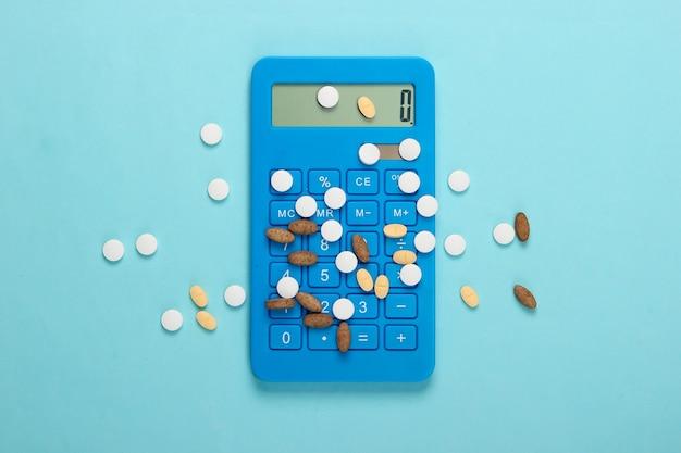 青のさまざまな錠剤と計算機