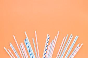 Различные пластиковые соломинки на столе