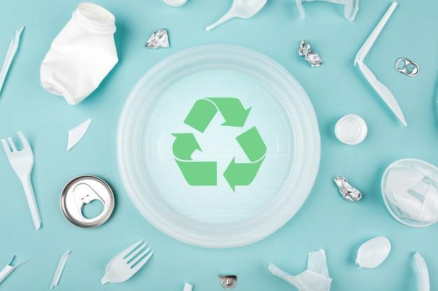 다른 플라스틱 쓰레기와 쓰레기 재활용 기호, 평면도. 지구를 구하는 개념, 쓰레기 분리.