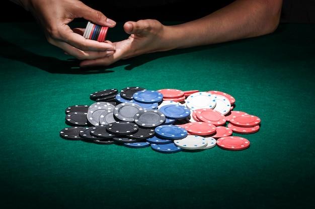 Различные покерные фишки на столе казино