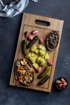 삶은 감자를 곁들인 야채와 버섯의 다양한 보존 야채