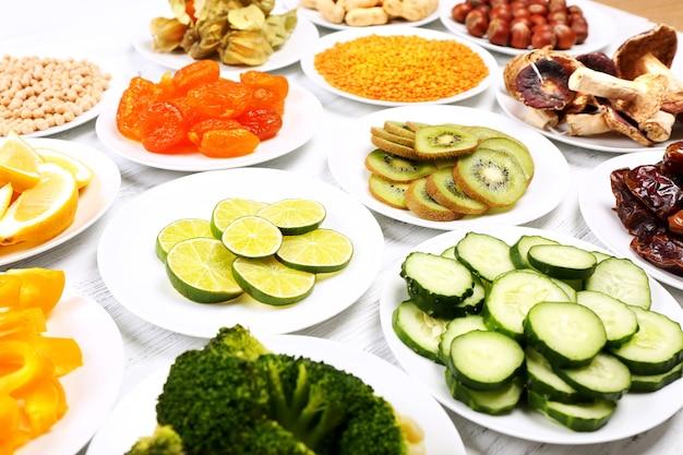 Различные продукты на блюдцах на деревянном столе