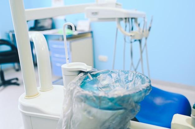 치과 치과 치과 사무실에서 다른 전문 치과 장비, 악기 및 도구.