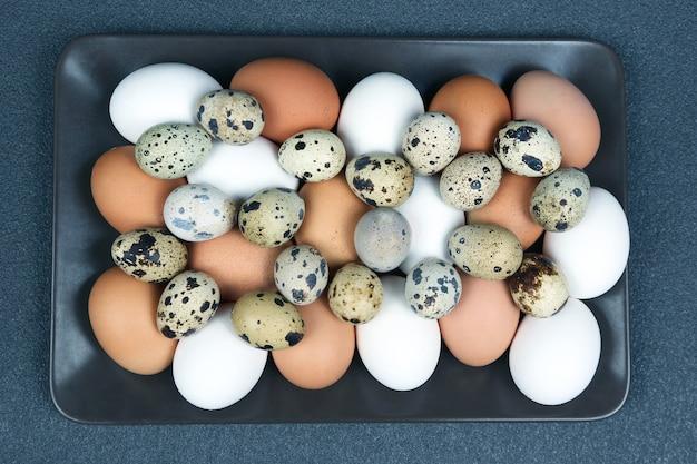 다른 메추라기 및 닭고기 달걀이 접시에 함께 놓여 있습니다.