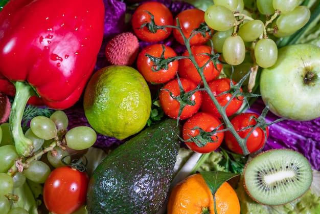 さまざまな生野菜や果物の背景。