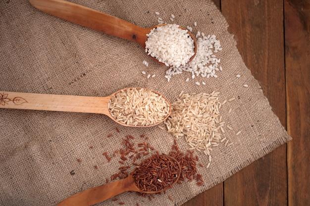 나무로되는 숟가락에 다른 쌀