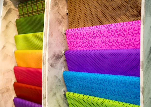Различные рулоны упаковочной бумаги в магазине