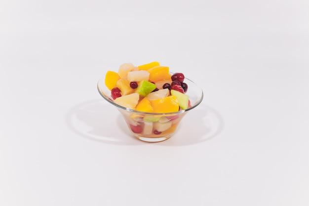 Различные соленые закуски в миску и белом фоне.