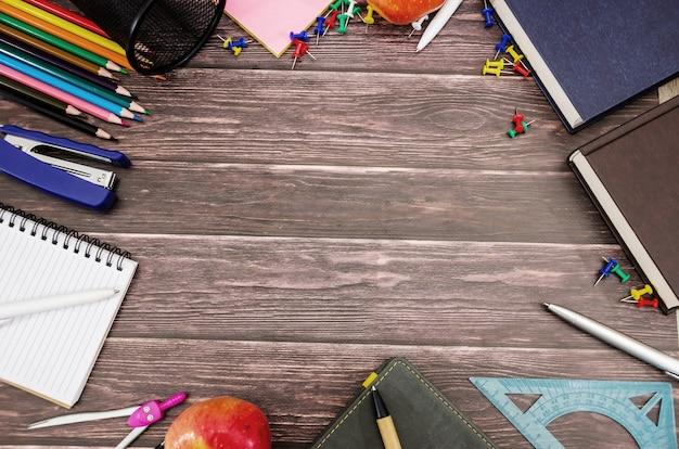 Различные школьные принадлежности на деревянной поверхности копией пространства