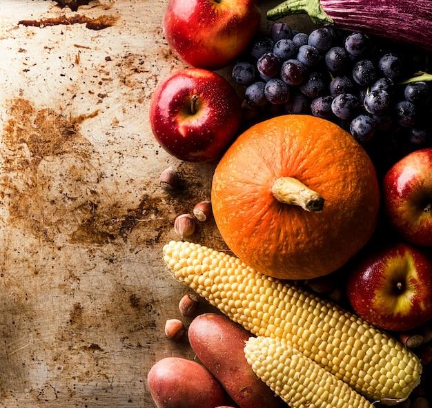 別の季節の秋の野菜や果物の古い背景