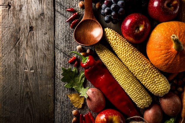異なる季節の秋の野菜や果物、木製の背景
