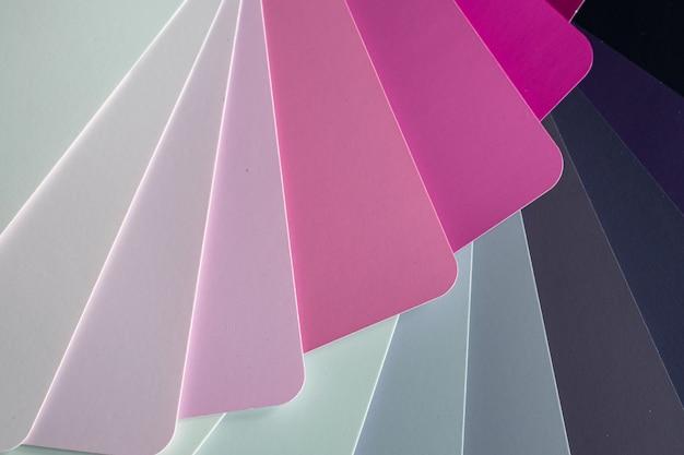 3d 배경으로 회색과 분홍색의 다른 음영 pape가 있는 폴더의 3d 렌더링된 그림