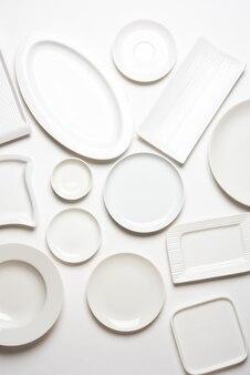 白い背景、上面図に分離されたさまざまな形の白いプレート
