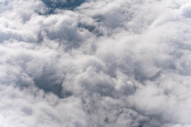 日中の空の雲のさまざまな形