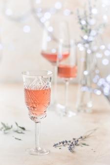 明るい背景にロゼワインのグラスのさまざまな形。
