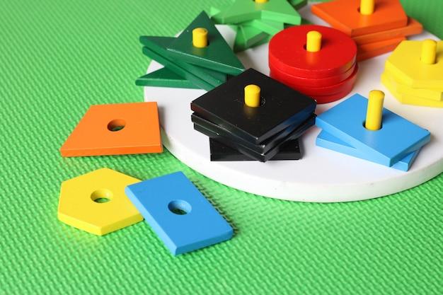 幼児のためのリングのおもちゃを積み重ねるさまざまな形