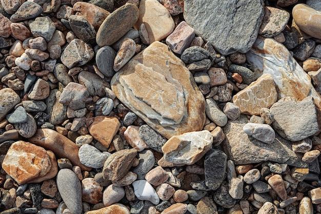 Плоские камни разного размера на земле