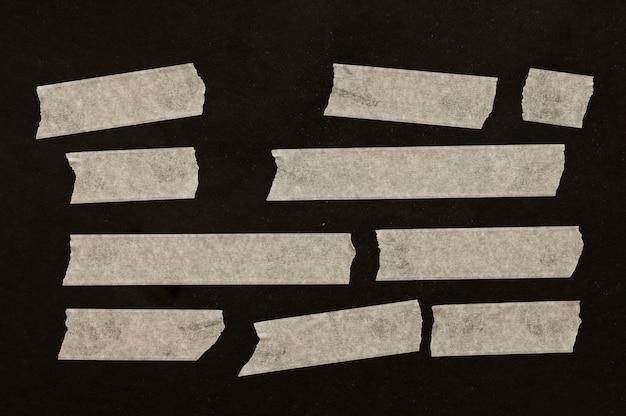黒い背景に異なるサイズのテープ