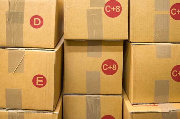 Коричневая картонная коробка разных размеров сложена в магазине доставки посылок