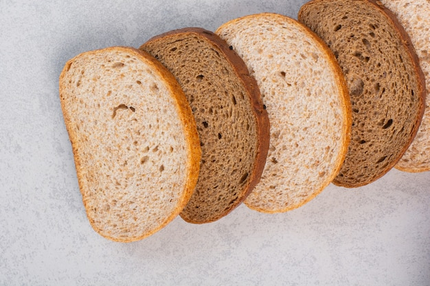 대리석에 다른 슬라이스 빵.