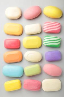 Разное мыло в разных мыльницах. много твердого мыла для гигиены и чистоты.