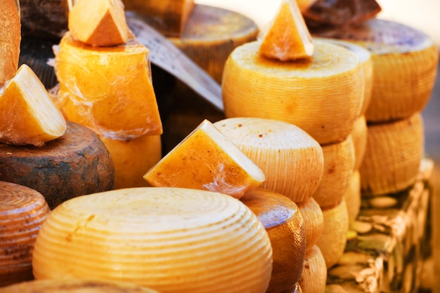 Различные сорта вкусных итальянских сыров на рынке